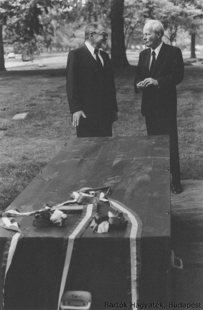Péter Bartók and Béla Bartók Jr. in 1988 next to their father's casket